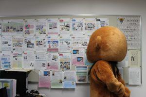 モンキーちゃん、GP新聞を見る
